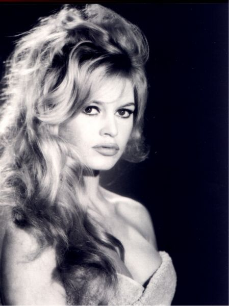 Brigitte Bardot over the shoulder slightly teased hairstyle in minutes.